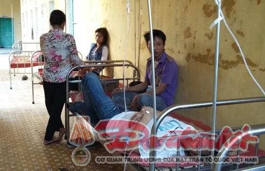 Công nhân đang được điều trị tại Bệnh viện Đa khoa huyện Trực Ninh.