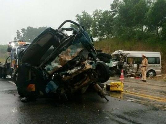 Hiện tường vụ xe rước dâu gặp tai nạn trên cao tốc Hà Nội- Lào Cai, 2 người chết. Ảnh otofun