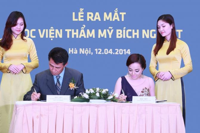Chị Lưu Bích Nguyệt trong buổi ký kết hợp tác cùng Học viện SBS Hàn Quốc. Ảnh: NVCC