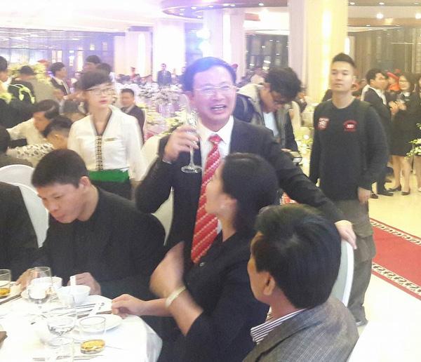 Doanh nhân Đỗ Thành Trung (cà vạt đỏ)- Chủ tịch tập đoàn Indveco là một trong những đại gia giàu nhất Quảng Ninh. Ảnh: Kiến thức