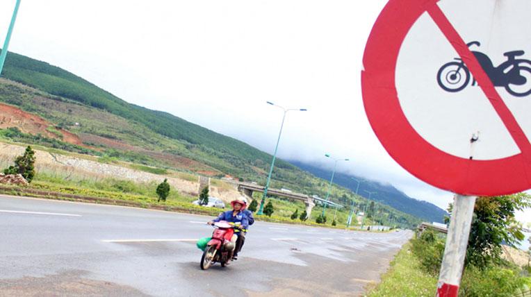Phạt tiền từ 200.000 đồng đến 400.000 đồng đối với người điều khiển xe máy đi vào đường cao tốc