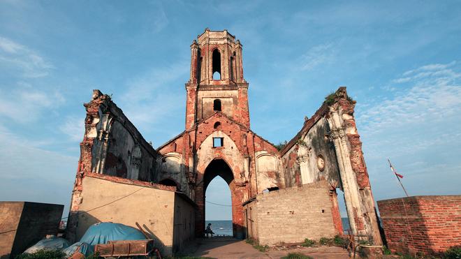 Nếu đi ô tô khách: đón xe ở bến Giáp Bát, đi chuyến Hà Nội - Nam Định - thị trấn Cồn (hoặc Thịnh Long). Xuống xe, bắt xe ôm vào khu Nhà thờ đổ (3 km).