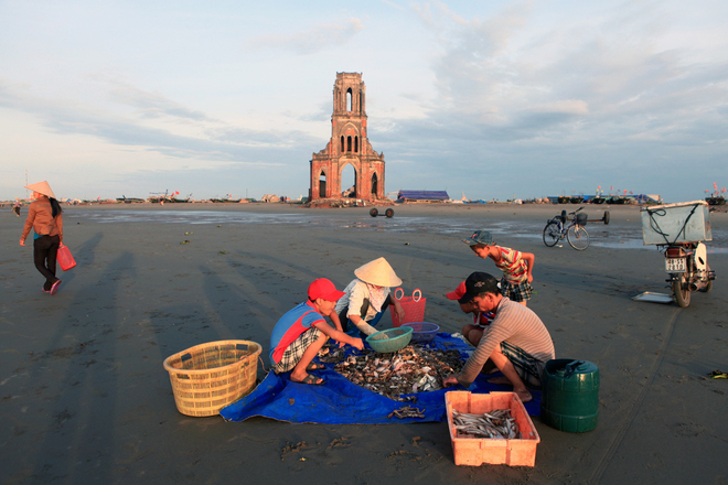 Du khách có thể mua hải sản ngay trên bãi biển, nhờ người dân nấu và thưởng thức ngay trên bãi cát.