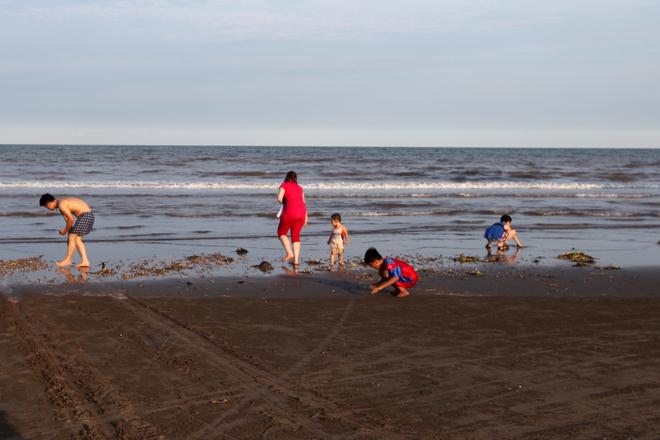 Chiều đến là lúc người dân ra đây tận hưởng không khí biển trong lành, mát dịu. Ngoài nhà thờ đổ và làng chài, bạn có thể đến cánh đồng muối cách đó chừng một km để tham quan, chụp ảnh, hoặc xa hơn là biển Thịnh Long, Quất Lâm (cách 10 km).