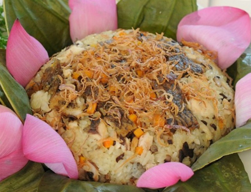 Thưởng thức xôi cá rô ngay lúc nóng mới cảm nhận hết vị ngọt, dai thơm của thịt cá. Ảnh: Hoàng Gia
