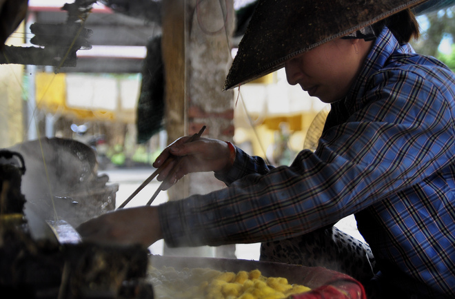 Từ thành phố Nam Định theo quốc lộ 21 hoặc xuôi theo dòng sông Hồng khoảng 20 km về phía Đông nam du khách sẽ đến được với làng Cổ Chất.
