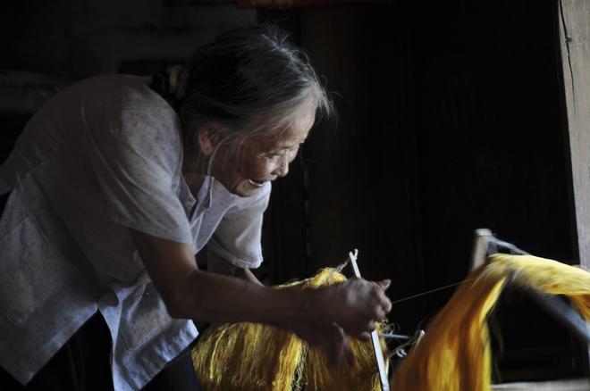 Đến thăm làng nghề, du khách không chỉ được tận mắt nhìn những người thợ thủ công ươm tơ, kéo kén, dệt lụa trên những khung cửi gỗ thô sơ mà còn được tận hưởng không gian thanh bình của cảnh vật và con người nơi đây.