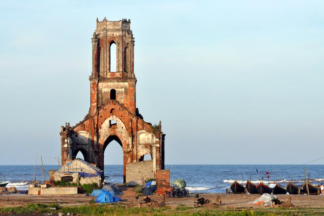 Bờ biển Hải Hậu có đặc điểm riêng là những nhà thờ nằm sát mép nước đã hư hỏng phải bỏ hoang do hiện tượng nước biển xâm thực như tại xã Hải Lý. Từ Hà Nội, du khách có thể đi xe khách  với các chuyến liên tục trong ngày, qua quãng đường 110 km tới thành phố Nam Định, sau đó đi tiếp xe khách nội tỉnh hơn 40 km nữa đến Hải Hậu.