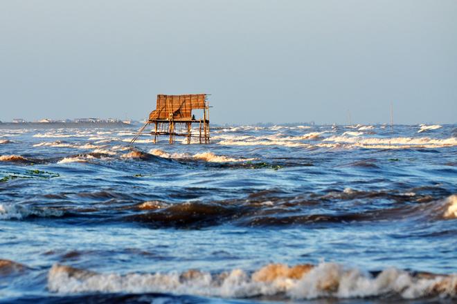 Bờ biển Hải Hậu dài khoảng 33 km, kéo từ thị trấn Quất Lâm tới bãi tắm Thịnh Long - hai điểm du lịch khá nổi tiếng của Nam Định. Biển Hải Hậu vẫn giữ được vẻ hoang sơ, rất thích hợp cho những người thích sự yên tĩnh.