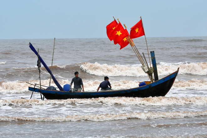 Buổi sáng là thời điểm các tàu đánh bắt hải sản ra khơi từ đêm hôm trước cập bờ. Chứng kiến cuộc sống người dân vùng biển cũng là một trại nghiệm thú vị khi đến Hải Hậu.