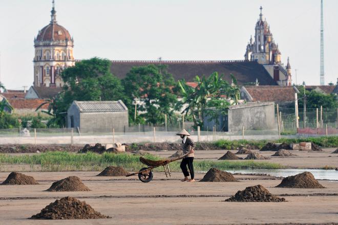 Khi đến Nam Định, du khách không thể không ngắm những cánh đồng muối bao bọc lấy các nhà thờ.