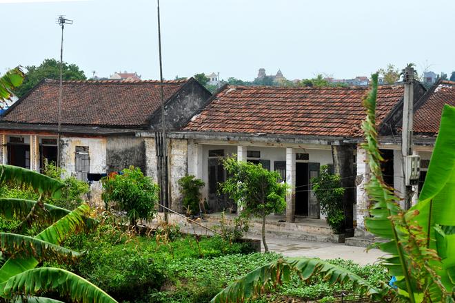 Những ngôi nhà dân vùng biển đơn sơ, thường vắng người vào các buổi chiều.