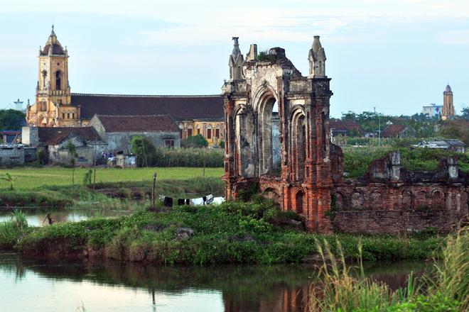 Những ngôi nhà thờ đổ nát bởi ảnh hưởng của hiện tượng nước biển xâm thực đan xen những ngôi nhà thờ mới xây.