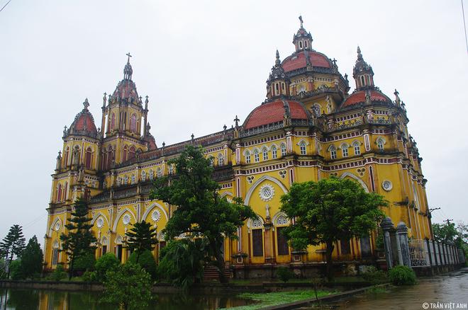 10. Nhà thờ Phú An Nhà thờ Phú An thuộc giáo phận Bùi Chu với lối kiến trúc khá đặc sắc. Trải qua bao thăng trầm lịch sử, mưa gió và cả chiến tranh, công trình xuống cấp trầm trọng và đã được hạ giải để xây dựng nhà thờ mới, khang trang hơn vào năm 2007.