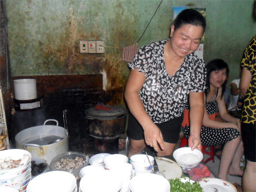 Chị Trung bên quán phở giá chỉ 5.000 đồng một tô - Ảnh Lam Thanh