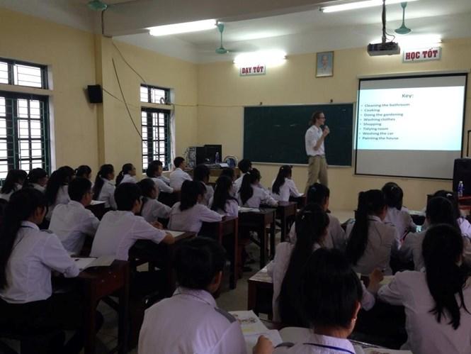 Học sinh đã tiến bộ hơn khi học tiếng Anh với giáo viên nước ngoài - Ảnh : H.L