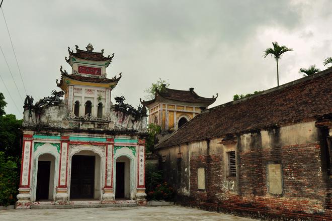 Theo thần phả làng này, chùa thờ Phật, đền thờ bốn vị Thánh tổ có công khai phá và dựng lên làng Cổ Chất hơn bốn thế kỷ qua.