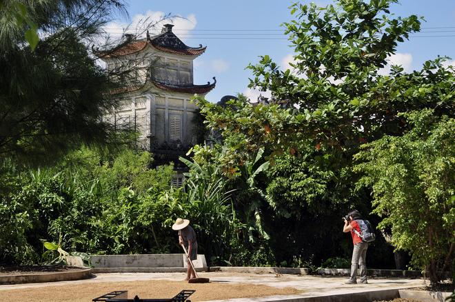 Những người nông dân Cổ Chất rất hiền lành, chịu khó gắn bó với nghề ươm tơ, dệt lụa, trồng lúa, chăn tằm... gợi nhớ hình ảnh của bất kỳ làng quê Việt nào.