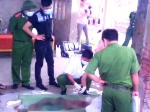 Lực lượng chức năng tiến hành khám nghiệm tử thi để điều tra cái chết của người phụ nữ chưa rõ danh tính. Ảnh H.Hải