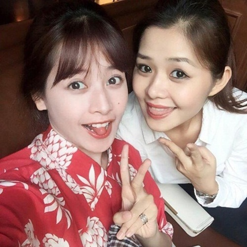 Dù cách nhau 11 tuổi, thuộc hai thế hệ khác nhau nhưng hai chị em Chi Pu vẫn rất thân thiết, gần gũi. Chi Pu thường xuyên chia sẽ hình ảnh đi chơi, đi ăn cùng chị gái trên trang cá nhân. Ảnh: FBNV