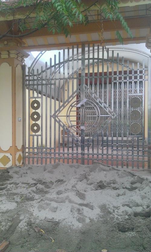 Một trong những ngôi nhà của bà Sim ở xóm 4, xã Mỹ Hưng đang bị niêm phong.