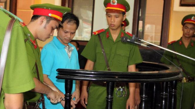 Võ Văn Minh tra tay vào còng sau khi nhận bản án 7 năm tù - Ảnh: Đức Tuyên