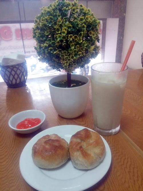 Xíu páo ngon hơn khi có cốc đậu nành ngọt mát uống kèm - Ảnh: Nguyễn Hương