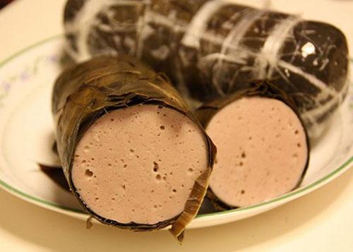 Giò lụa Nam Định không chỉ là quà biếu ngày tết, dùng trong những dịp cỗ bàn quan trọng, đó còn là món ăn bình dị, góp mặt trong mâm cơm đãi khách của người dân quê. Ảnh: alotin.
