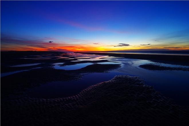 Bình minh trên biển Hải Thịnh, huyện Hải Hậu. Đây là bãi biển sạch, trải dài hơn 3 km với bãi cát thoải, mịn.