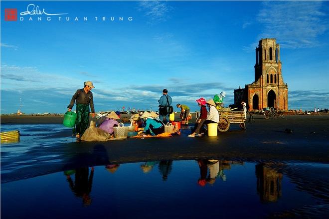 Chợ cá họp ngay bên bờ biển, bên cạnh nhà thờ đổ.