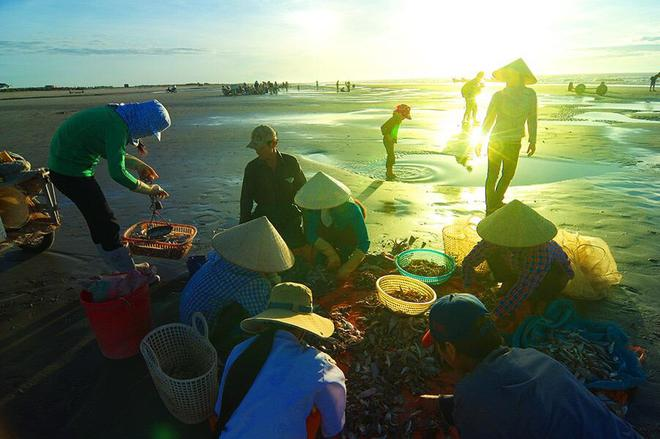 Cuộc sống của những người dân chài cần cù giữa thiên nhiên thanh bình, gắn liền với biển cả bao la.