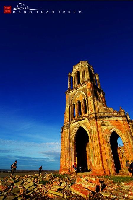 Nhà thờ đổ ở bờ biển Xương Điền này mang tên Trái Tim, bị bỏ hoang từ năm 1996. Quang cảnh nơi đây in hằn vết thời gian và sự xâm thực của biển.