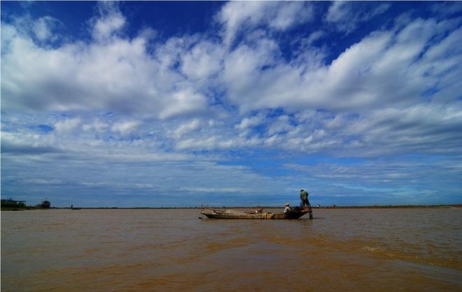 Dân chài trên dòng sông Ninh Cơ.