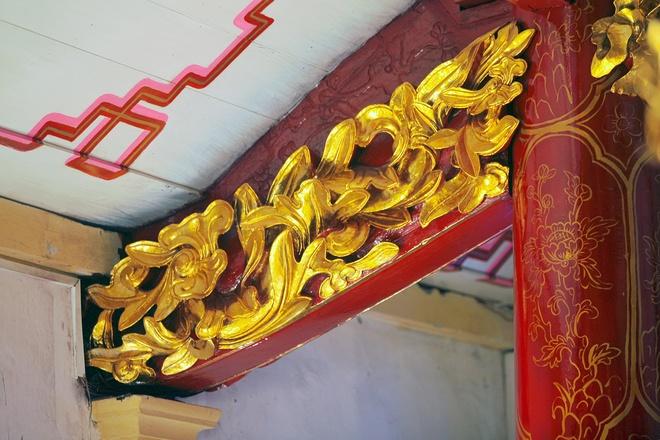 Nhà thờ gỗ được dựng lên hoàn toàn bằng phương pháp thủ công từ bàn tay tài hoa của các nghệ nhân Nam Định .... Nguyên liệu gỗ sau khi cưa xẻ, đục đẽo đều được gắn kết lại với nhau bằng mộng, không sử dụng đinh hay một thứ kết dính nào khác. Chính sự pha trộn tôn vinh lẫn nhau của hai nét văn hóa kiến trúc Đông - Tây vốn khác biệt đã làm nên một công trình tôn giáo có tính thẩm mỹ rất cao.
