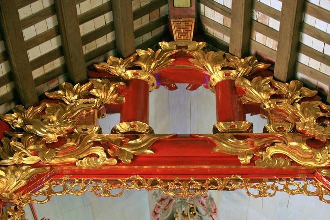 Nhà thờ với nội thất được trang trí hoàn toàn bằng các loại gỗ quý, chạm trổ hết sức công phu, sau đó được sơn son thếp vàng theo lối truyền thống.