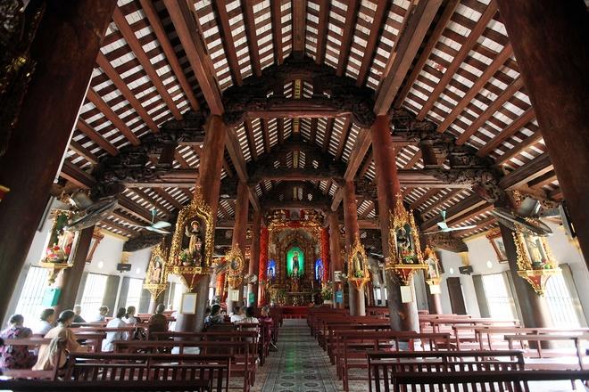 Những dãy ghế gỗ thẳng tăm tắp bên trong giáo đường cũng góp phần tạo chiều sâu của không gian. Du khách sẽ có cảm giác an bình khi dừng chân cầu nguyện và chiêm ngưỡng vẻ đẹp cổ kính bao quanh mình.
