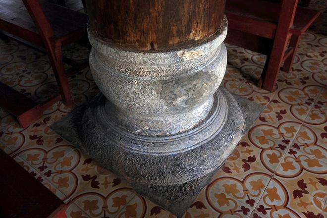 Các cột gỗ trong nhà thờ được đỡ bằng bệ đá.