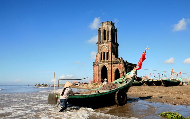 Nhà thờ đổ ở bờ biển Xương Điền này mang tên Trái Tim, bị bỏ hoang từ năm 1996.