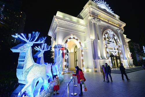 """Cây thông Noel """"khổng lồ"""" ở Royal City"""