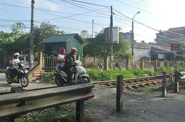 Đường dân sinh tự phát tại Km 87+200 đường sắt giao với đường Văn Cao (TP Nam Định) luôn nườm nượp xe cộ qua lại