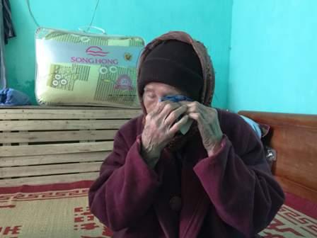Cụ Trần Thị Lộc không cầm được nước mắt khi nói về số phận người con trai đầu.