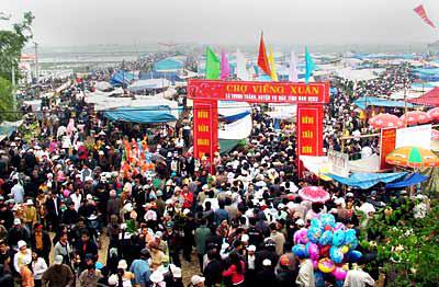 Mỗi năm chợ Viềng đón hàng nghìn du khách. Ảnh: Internet