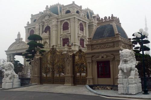 Bề thế và quy mô hơn biệt thự của ông Long, lâu đài Tổng Hải Sơn lại có những nét tinh tế của một gia chủ có phần hoài niệm.