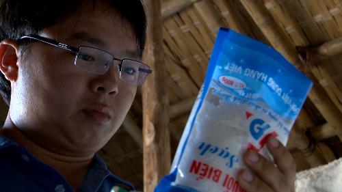 Anh Phạm Văn Cương với sản phẩm muối của mình.