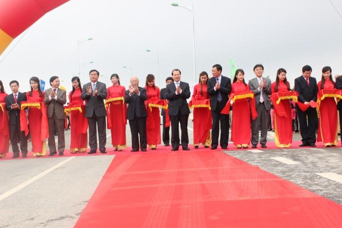 Nguyên Chủ tịch Quốc hội Nguyễn Văn An, Phó Thủ tướng Vũ Văn Ninh, Bộ trưởng Đinh La Thăng cùng các đại biểu tham gia cắt băng khánh thành công trình cầu Tân Phong