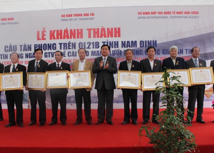 """Nhân dịp này, Bộ trưởng Đinh La Thăng đã trao Kỷ niệm chương """"Vì sự nghiệp phát triển GTVT Việt Nam"""" cho các cá nhân của tỉnh Nam Định"""