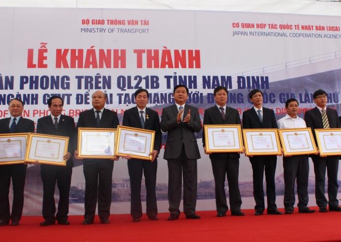 Các tập thể, cá nhân có thành tích xuất sắc trong quá trình xây dựng cầu Tân Phong được nhận Bằng khen của Bộ trưởng Bộ GTVT