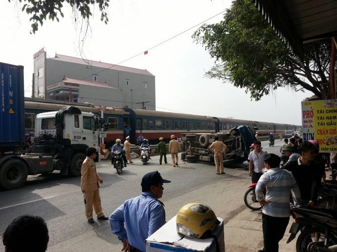 Vụ tai nạn xảy ra khiến đoàn tàu bị ngừng lộ trình và làm tuyến đường bộ bị ùn tắc cục bộ.
