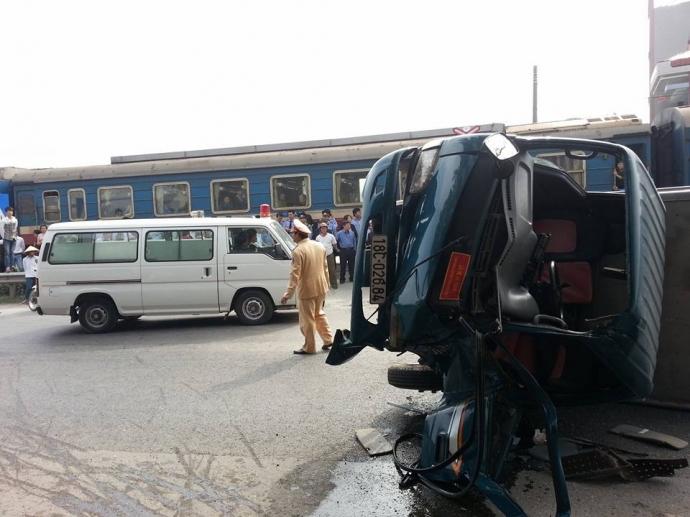 Các toa của tàu hỏa và chiếc xe tải bị hư hỏng nặng.