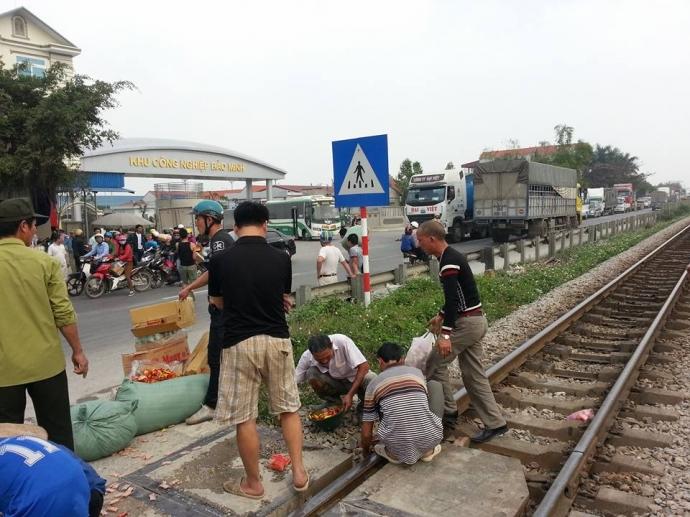 Hàng hóa trên chiếc xe ô tô tải văng tung tóe xuống đường.